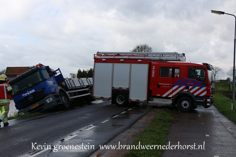 Vrachtwagen_Berm_Middenweg_Nederhorstdenberg (1)