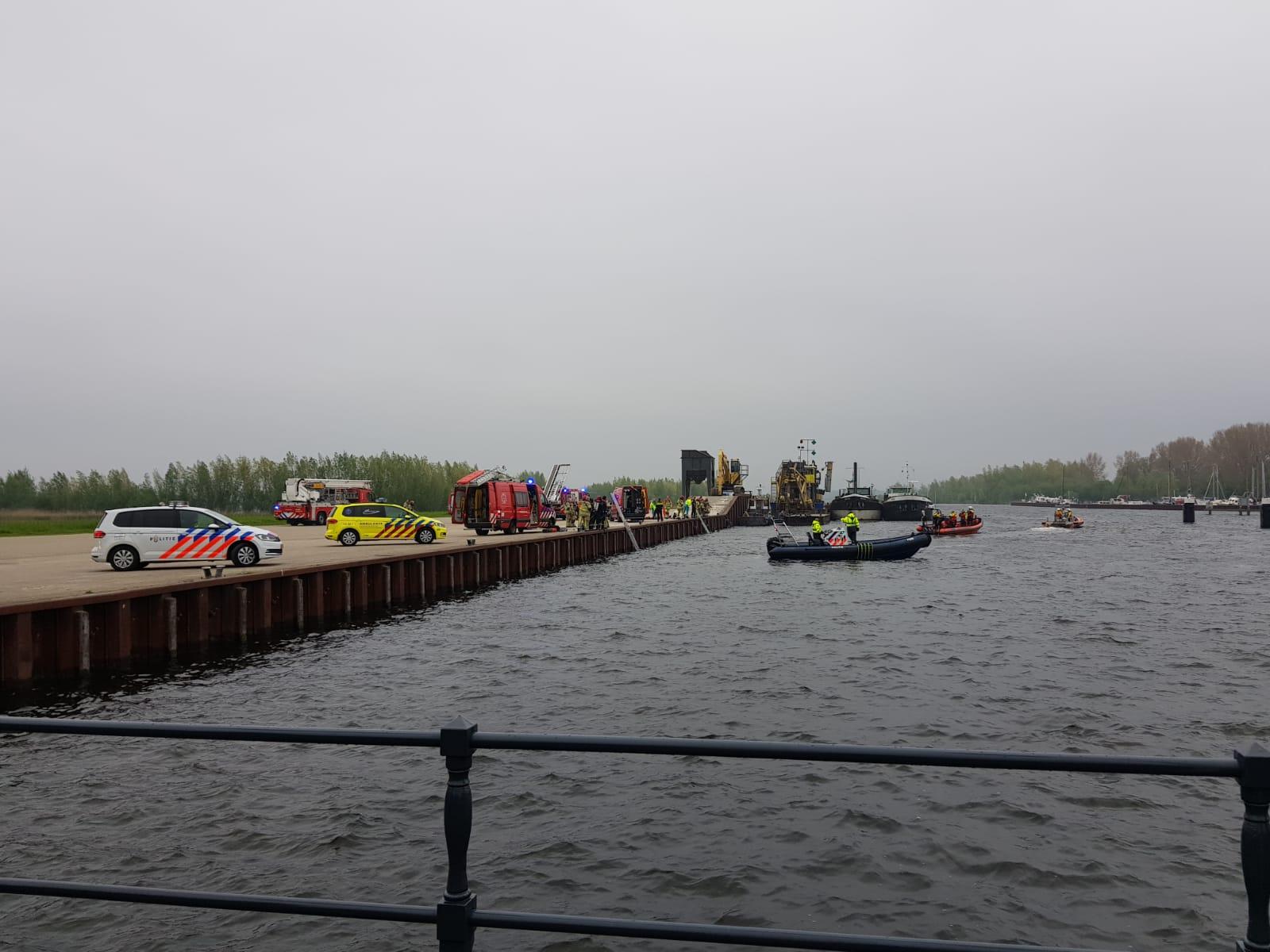 Haven Van Huizen : Persoon te water in de haven van huizen brandweer nederhorst den